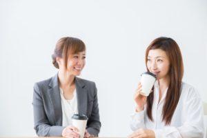 同僚と話す女性