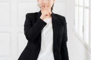 指をあてている女性