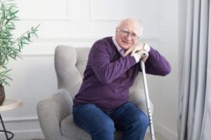 杖を持つ老人
